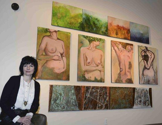 Voici Lorna Boily et l'une des oeuvres présentées... ((Photo Jeannot Lévesque))