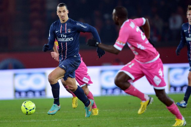 Zlatan Ibrahimovic (en bleu) a inscrit son 14e... (PHOTO MIGUEL MEDINA, AFP)