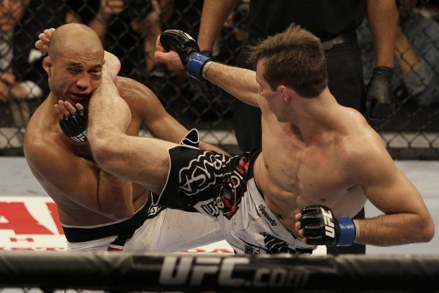 Rory MacDonald assène un coup de pied à... (PHOTO JEFF CHIU, AP)