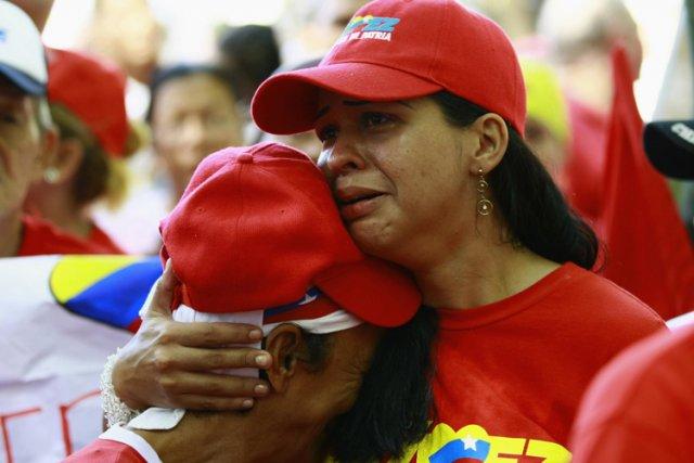 Des supporters de Hugo Chavez ont versé des... (Photo: Reuters)