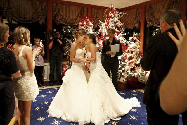 Plusieurs centaines de couples homosexuels se sont dit «oui» dimanche dans... (Photo: AP)