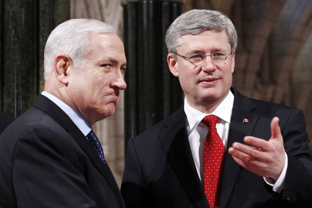 Le premier ministre canadien, Stephen Harper (à droite... (PHOTO CHRIS WATTIE, ARCHIVES REUTERS)