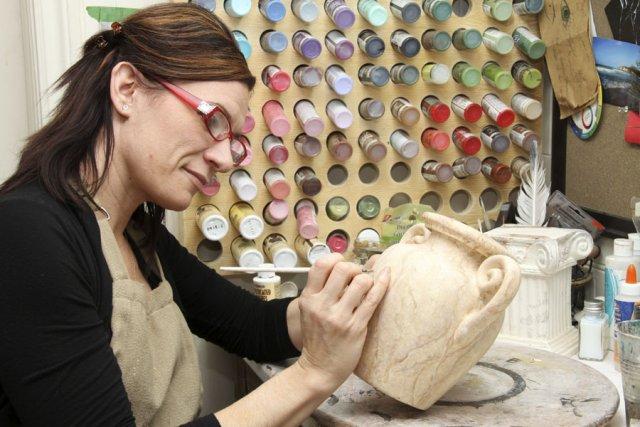 Julie Parent décore et personnalise des urnes funéraires.... (photo Alain Dion)