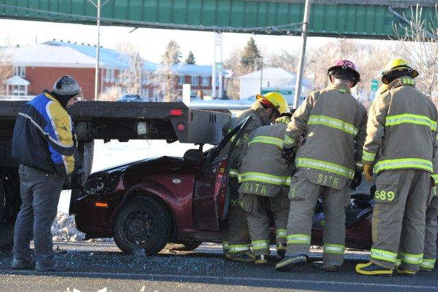 Une voiture a violemment embouti un camion plateforme, ce matin, dans la ... (Photo: Stéphane Lessard)