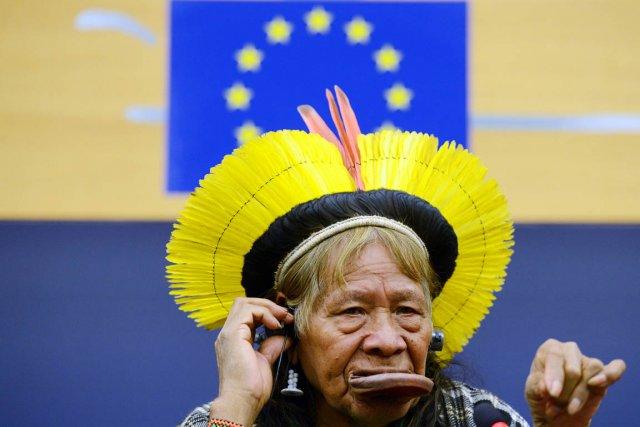 Raoni (notre photo), devenu mondialement célèbre à la... (PHOTO PATRICK HERTZOG, AFP)