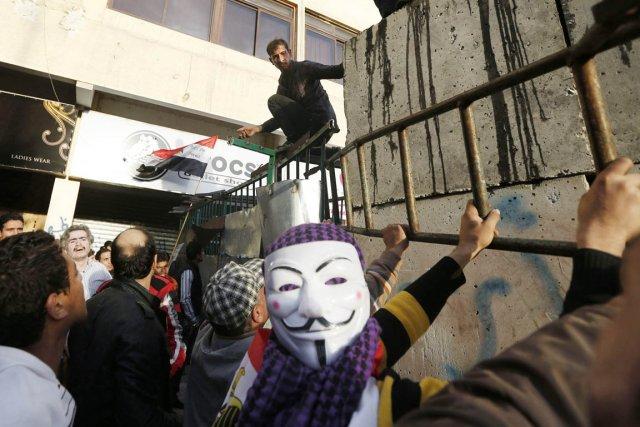 Les manifestants se trouvaient dans le périmètre de... (PHOTO PETR DAVID JOSEK, AP)