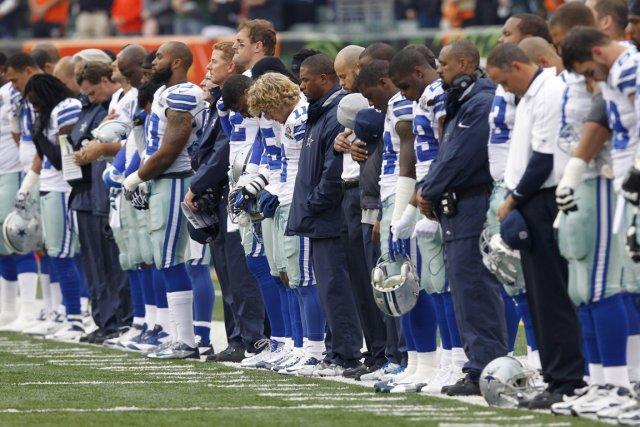 Les joueurs des Cowboys de Dallas ont observé... (Photo: Reuters)