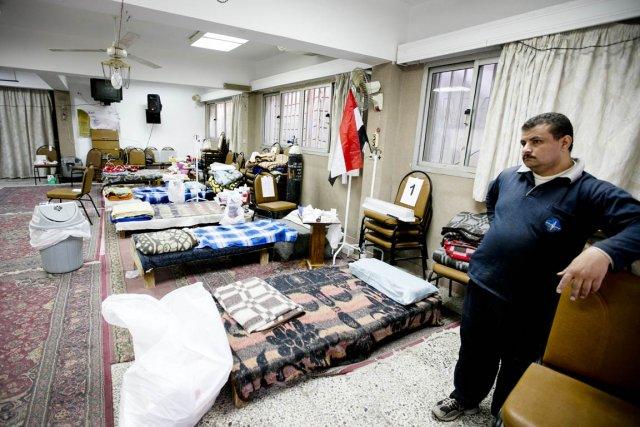 Un hôpital de fortune est aménagé dans une... (PHOTO MARCO CAMPANOZZI, LA PRESSE)