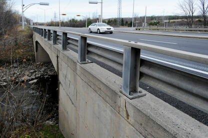 Un groupe de citoyens vit difficilement la fermeture du pont de fer qui enjambe... (Archives La Tribune, Frédéric Côté)