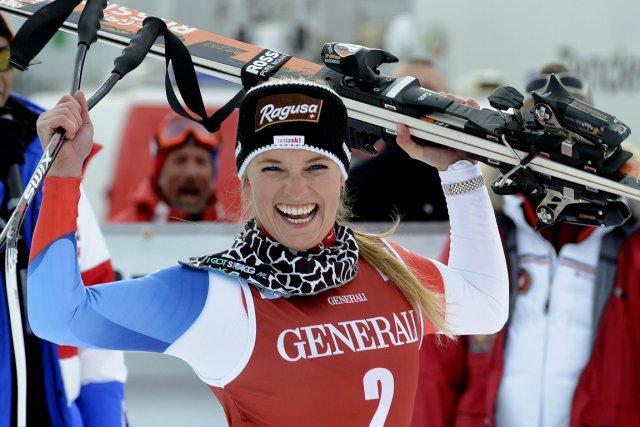 La Suissesse Lara Gut célèbre après avoir remporté... (Photo: AFP)