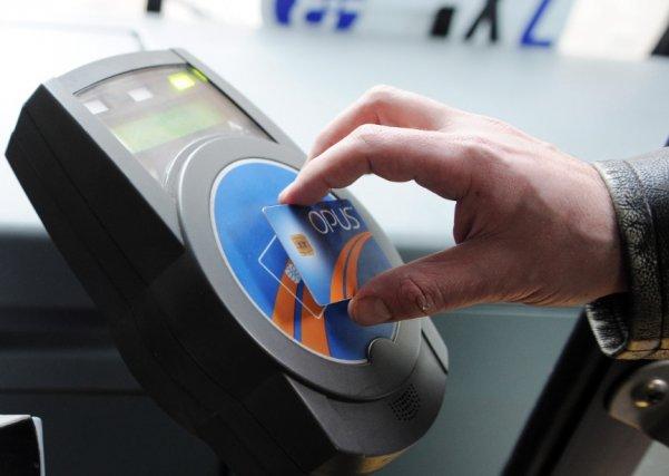 Prendre le métro ou l'autobus à Montréal en présentant sa carte OPUS  payée à... (Photothèque Le Soleil, Erick Labbé)
