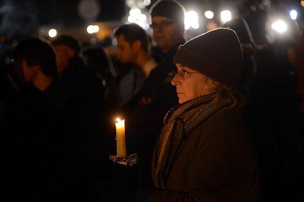 Vingt enfants et six adultes ont été tués par balle hier dans une école  d'une... (Shannon Hicks, Newtown Bee)