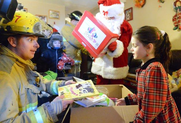 Accompagnés du père Noël, les pompiers de Sherbrooke ont rendu visite  samedi à... (Imacom, Maxime Picard)