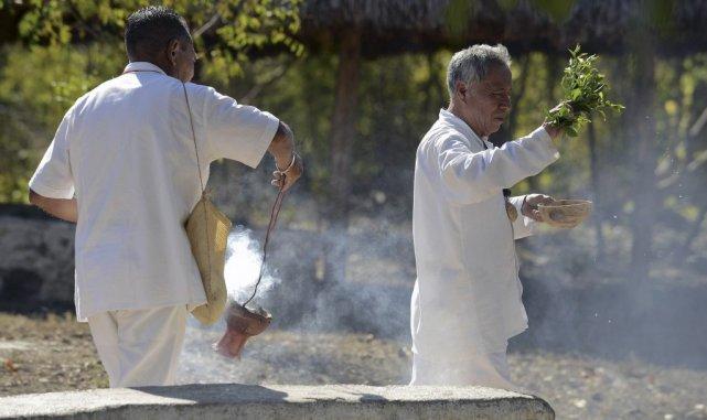 Deux prêtres participent à une cérémonie de bénédiction... (PHOTO Luis PEREZ, AFP)