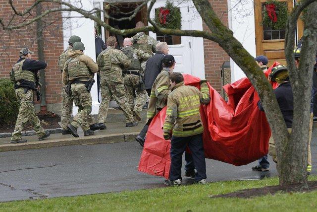 Une équipe de la police entre dans l'église... (Photo: Reuters)
