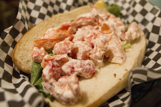 Un Lobster Roll typique au Rooster's roadhouse.... (Photo Ivanoh Demers, La Presse)