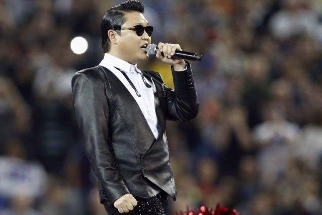 Psy interprète une chanson à la mi-temps lors... (Photo: Reuters)