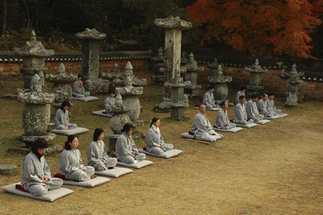 Des touristes et des moines participent à une... (Cultural Corps of Korean Buddhis)