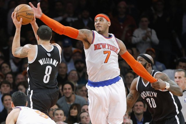 Carmelo Anthony (7) a bloqué Deron Williams (8)... (RAY STUBBLEBINE)