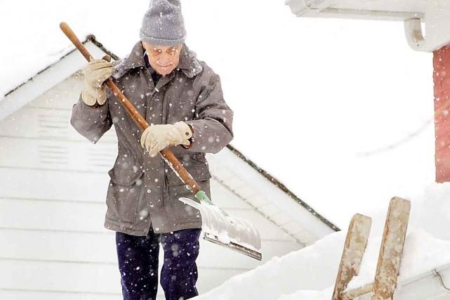 Déneiger sa toiture préviendra les dommages qui pourraient... (Photothèque Le Soleil)