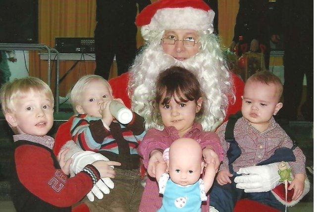 Bernard «père Noël» Robinson avec ses quatrepetits-enfants: Matthew,... (Collaboration spéciale Carl Thériault)