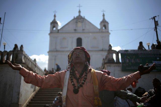 Un prêtre indien fait une prière païenne à... (Photo Reuters)