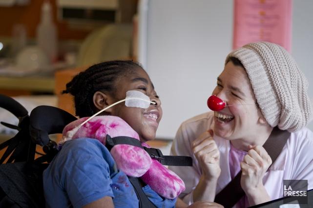 Nancy McReady alias docteur Quenouille et une jeune... (Photo Marco Campanozzi, La Presse)
