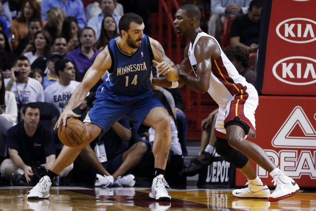 Nikola Pekovic (à gauche) a inscrit 24 points... (Photo: AP)