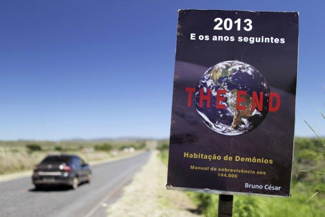 Une pancarte annonçant la fin du monde est... (PHOTO UESLEI MARCELINO, REUTERS)