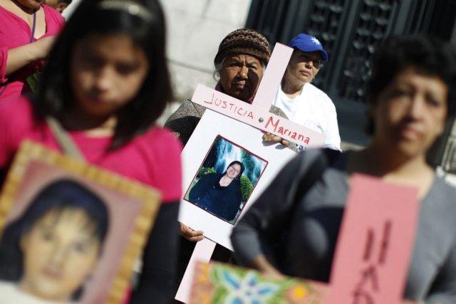 Une dame tient une photo d'un proche disparu... (Photo Tomas Bravo, Reuters)