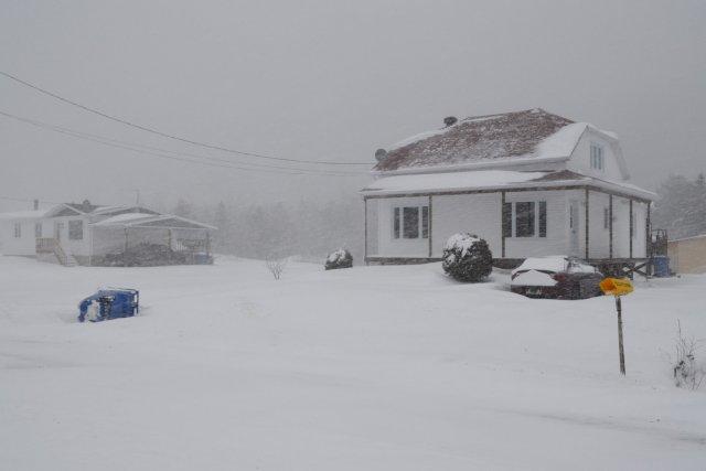 Quelque 27 200 ménages québécois étaient toujours privés de courant, dimanche... (Photo: Louis Potvin, archives Le Quotidien)
