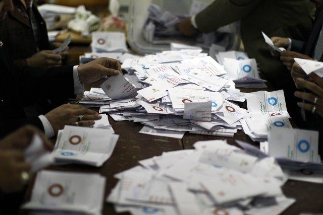 Des officiels trient les bulletins dans un bureau... (Photo: AFP)