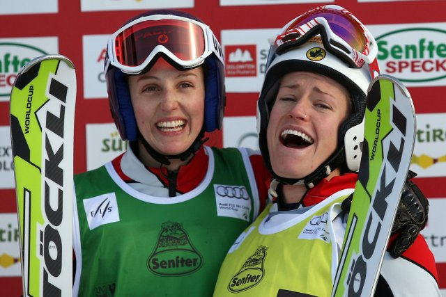 Kelsey Serwa et Georgia Simmerling ont remporté l'or... (Photo : Pierre Teyssot, AFP)