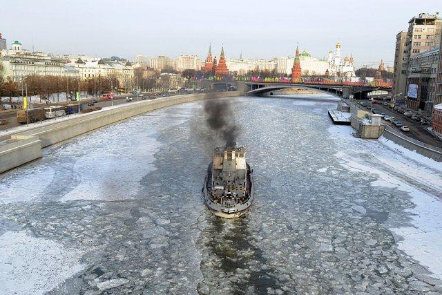 Un brise-glace prépare le chemin pour un bateau... (Photo: AFP)