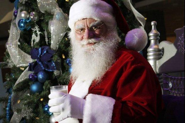 Le père Noël du Complexe Desjardins, qui assure... (PHOTO MARTIN CHAMBERLAND, LA PRESSE)