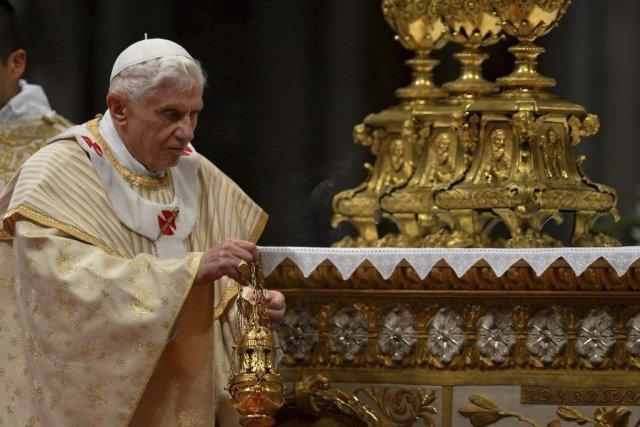 Le papeBenoît XVI arrive àla basilique Saint-Pierre pour... (PHOTO VINCENZO PINTO, AFP)