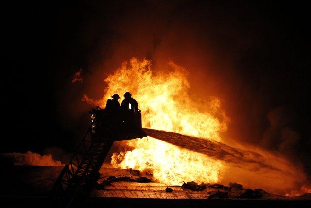 Un bâtiment de ferme situé à Saint-Herménégilde a été la proie des flammes,... (Archives, La Tribune)