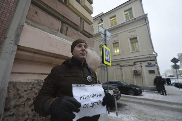 Un homme proteste contre la loi anti-adoption, adoptée... (Photo Natalia Kolesnikova, Agence France-Presse)