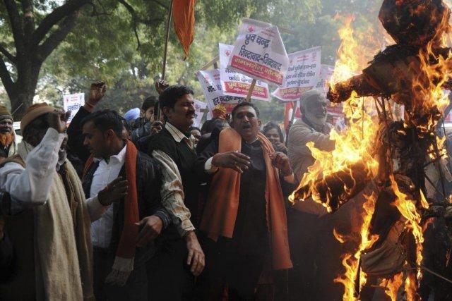 Les manifestants protestent contre la police et les... (Photo Sajjad Hussain, Agence France-Presse)