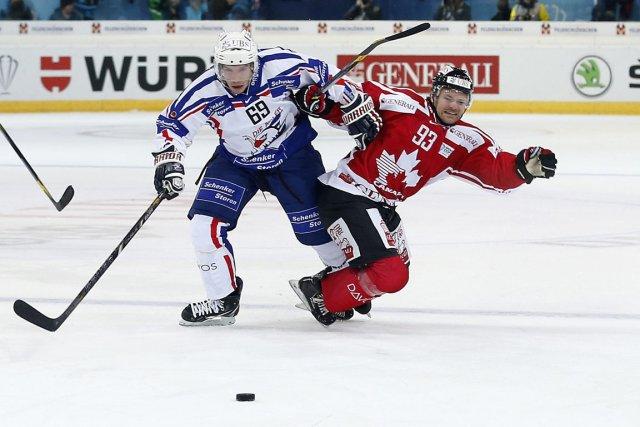 Florian Kettemer du Adler Mannheim (gauche) contre Byron... (Photo: AP)