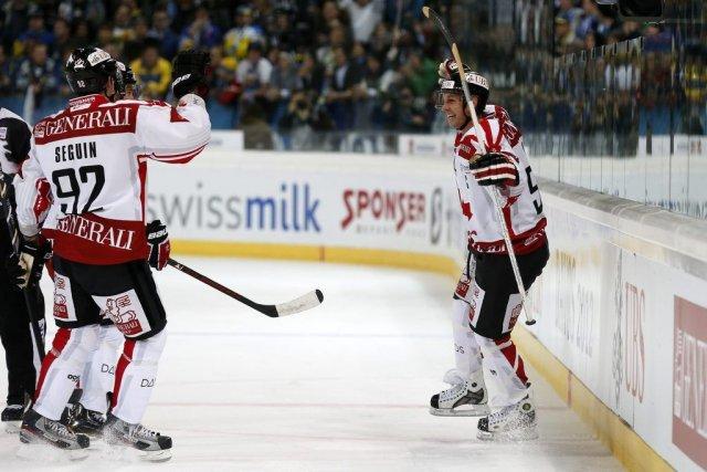 Ryan Smyth (à droite) célèbre son but avec... (PHOTO SALVATORE DI NOLFI, AP)