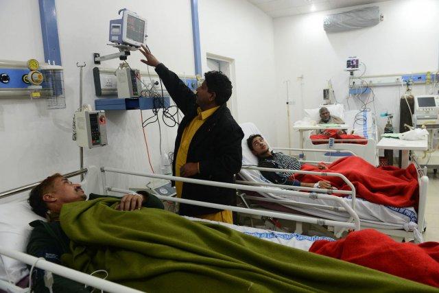 Cinq personnes empoisonnées par le sirop reçoivent actuellement... (Photo : Arif Ali, AFP)