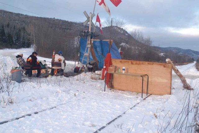 La barricade ferroviaire a été érigée dans la... (Photo collaboration spéciale Gilles Gagné)