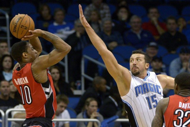 DeMar DeRozan prend un lancer devant Hedo Turkoglu... (Photo Phelan M. Ebenhack, Associated Press)