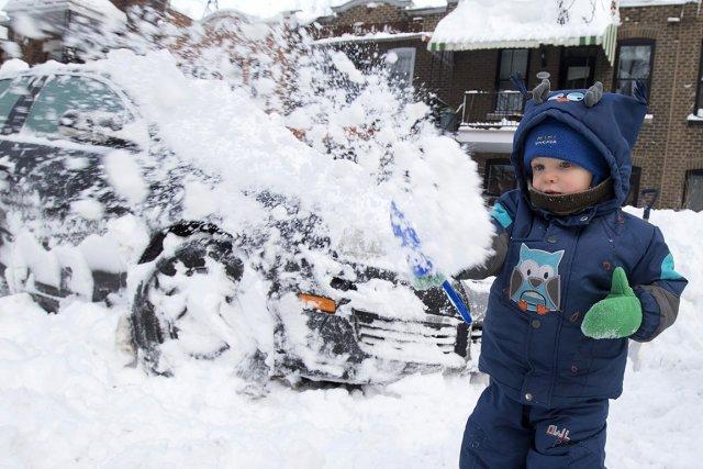 Le petit Nelson, deux ans, participe au déneigement... (Photo: Robert Skinner, La Presse)