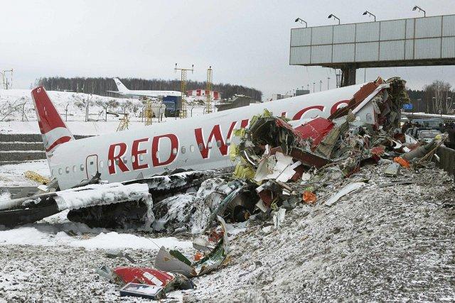 L'avion s'est brisé en trois et a entraîné... (Photo: Reuters)