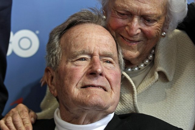 George H.W. Bush et sa femme Barbara, photographiés... (Photo: archives AP)