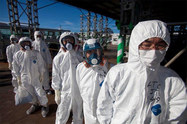 Des ouvriers, dans des combinaisons censées les protéger... (Photo: archives AFP)