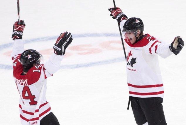 Le défenseur Dougie Hamilton (à droite) a donné... (La Presse Canadienne)