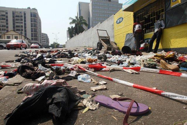 En fin de matinée, des tas de chaussures... (Photo: AFP)